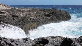 Onde di oceano che schiacciano linea costiera stock footage