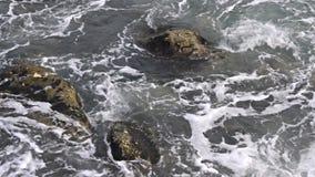 Onde di oceano che si schiantano contro le rocce stock footage