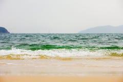 Onde di oceano che si schiantano nella riva Fotografia Stock