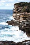Onde di oceano che si schiantano sul fronte dentellato della scogliera della roccia Immagine Stock Libera da Diritti