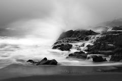 Onde di oceano che si schiantano sulla scogliera Fotografie Stock