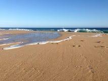 Onde di oceano con acqua che scorre sulla sabbia Fotografia Stock Libera da Diritti