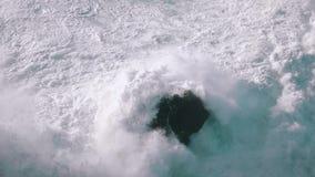 Onde di oceano del movimento lento che si rompono sulle rocce archivi video