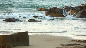 Onde di oceano del turchese che colpiscono paesaggio delle rocce stock footage