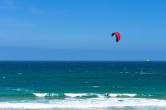 Onde di oceano di Kitesurfing il giorno soleggiato immagini stock libere da diritti