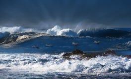 Onde di oceano e cieli nuvolosi blu immagine stock