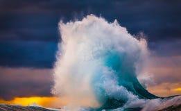 Onde di oceano e cieli nuvolosi blu al rallentatore immagini stock libere da diritti