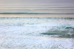 Onde di oceano lunghe di esposizione Immagini Stock Libere da Diritti
