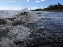 Onde di oceano Pacifico con sporcizia dal fiume di Waimea alla spiaggia di Waimea sull'isola di Kauai in Hawai immagini stock libere da diritti