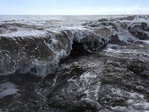 Onde di oceano Pacifico con sporcizia dal fiume di Waimea alla spiaggia di Waimea sull'isola di Kauai in Hawai fotografia stock