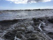 Onde di oceano Pacifico con sporcizia dal fiume di Waimea alla spiaggia di Waimea sull'isola di Kauai in Hawai fotografie stock libere da diritti