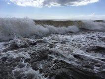 Onde di oceano Pacifico con sporcizia dal fiume di Waimea alla spiaggia di Waimea sull'isola di Kauai in Hawai fotografie stock