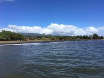 Onde di oceano Pacifico con sporcizia dal fiume di Waimea dal canyon di Waimea alla spiaggia di Waimea sull'isola di Kauai in Haw immagini stock