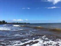 Onde di oceano Pacifico con sporcizia dal fiume di Waimea dal canyon di Waimea alla spiaggia di Waimea sull'isola di Kauai in Haw immagine stock libera da diritti