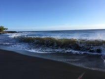 Onde di oceano Pacifico con sporcizia dal fiume di Waimea dal canyon di Waimea alla spiaggia di Waimea sull'isola di Kauai in Haw fotografia stock