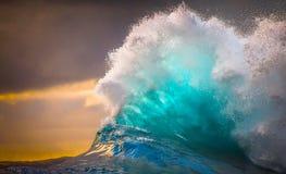 Onde di oceano prese al rallentatore con i cieli nuvolosi fotografia stock