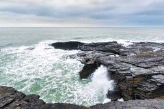 Onde di oceano su Rocky Cost Fotografia Stock