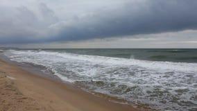 Onde di oceano sul litorale stock footage