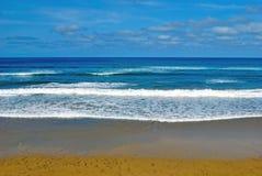 Onde di oceano sulla spiaggia Fotografie Stock