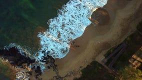 Onde di oceano sulla spiaggia in Hawai video d archivio