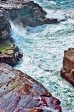 Onde di oceano sulle rocce Fotografie Stock