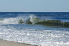 Onde di oceano violente e increspate alla spiaggia immagine stock
