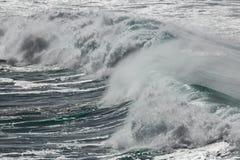 Onde di rotolamento, Cornovaglia del nord, Regno Unito fotografia stock libera da diritti