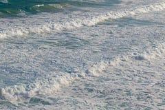 Onde di rottura che schiantano spiaggia in Victoria, Australia Immagini Stock Libere da Diritti