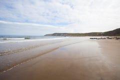 Onde di rottura su vista sul mare della spiaggia sabbiosa Fotografie Stock Libere da Diritti