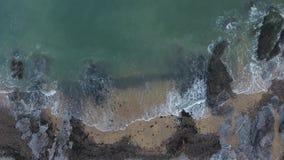 Onde di rottura sulla costa di Gower video d archivio
