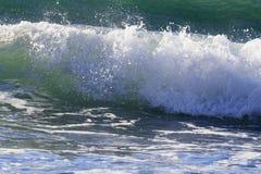 Onde di rottura sulla riva di mar Mediterraneo immagine stock