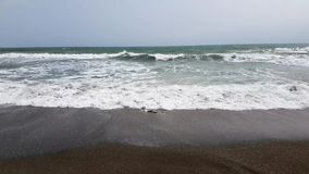 Onde di rottura sulla spiaggia archivi video