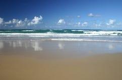Onde di sabbia e spuma Immagini Stock