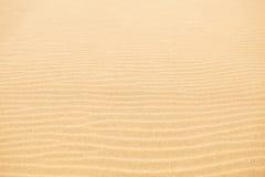 Onde di sabbia sulla spiaggia Immagini Stock Libere da Diritti