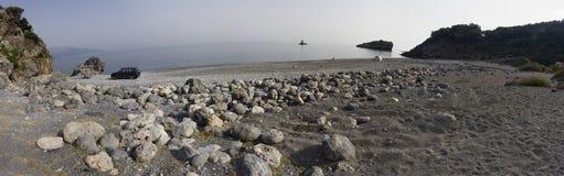 Onde di vista panoramica e bello tramonto sull'isola greca Evia Euboea nel mar Egeo fotografie stock libere da diritti