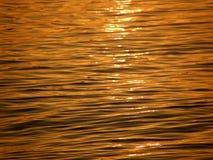 Onde e riflessione del sole sul mare Immagini Stock