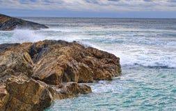 Onde e rocce sul litorale Fotografia Stock Libera da Diritti