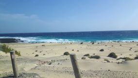 Onde e sabbia a Lanzarote in vacanza fotografia stock libera da diritti