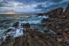 Onde e schiuma nel mare di Cantabrico, a Bermeo Fotografie Stock Libere da Diritti