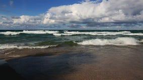 Onde e spiaggia del lago Superiore con le nuvole gonfie archivi video