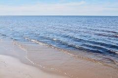 Onde e spiaggia un giorno soleggiato fotografia stock libera da diritti