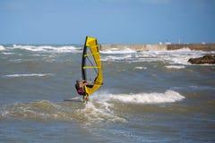 Onde e vento del mare che praticano il surfing di estate in Windy Day Immagini Stock