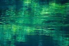 Onde en expansion sur un lac Photo libre de droits