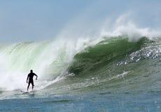 Onde enormi praticanti il surfing in Hawai Fotografie Stock Libere da Diritti
