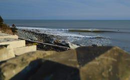 Onde fredde aspettanti del surfista un giorno soleggiato con bohkeh Immagine Stock Libera da Diritti