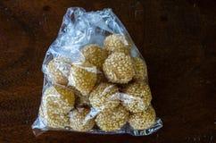 Onde-onde goreng酥皮点心快餐未打开在印度尼西亚 图库摄影