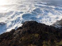 Onde infuriantesi della tempesta che sbattono contro le rocce fotografia stock libera da diritti