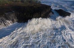 Onde infuriantesi della tempesta che sbattono contro le rocce fotografia stock