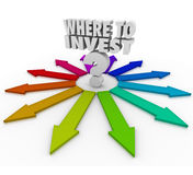 Onde investir a pergunta Mark Many Arrows Pointing Choices Foto de Stock