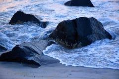Onde lungo il molo ad alba Immagini Stock